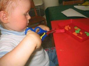 Как научить ребенка вырезать, склеивать и изготовлять игрушки из бумаги