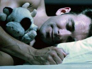 Как характеризует поза человека, в которой он спит?