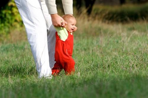 Когда ребенок должен начать ходить?