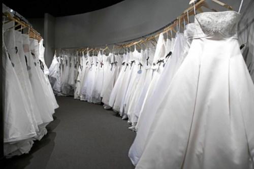 Девушки с особым трепетом относятся к этому событию начиная думать над своим свадебным нарядом. Витрины свадебных салонов просто завораживают взоры девушек