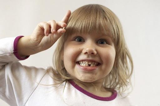У ребенка шатается молочный зуб - что делать