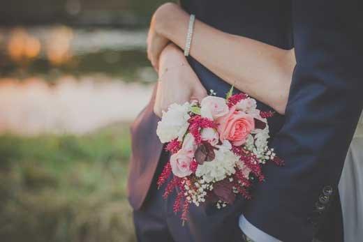 Особенности форм и преимущества доставки свадебных букетов