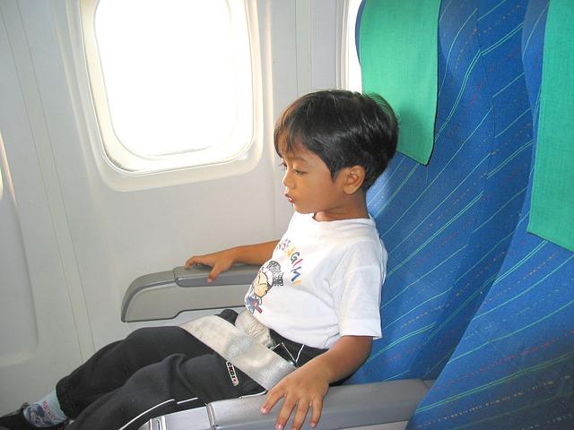 Как летать в самолете с ребенком?