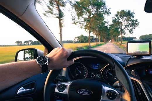 Прокат автомобиля для путешествия по Эмиратам: роскошь или необходимость?