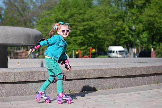 Как быстро научиться кататься на роликах: преимущества занятий на роллердромах