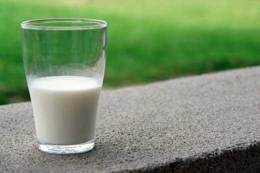 Нам коза дала вкусного молока